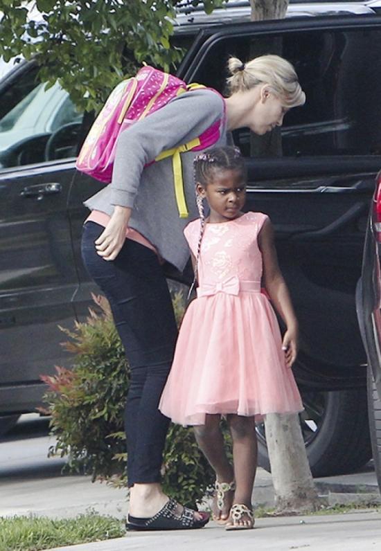 Процесс необратим: Шарлиз Терон прикупила для 6-летнего сына еще одно розовое платье (ФОТО) - фото №1