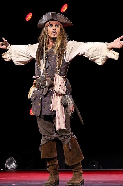 Джонни Депп прогулялся по Диснейленду в образе Джека Воробья (ФОТО) - фото №1