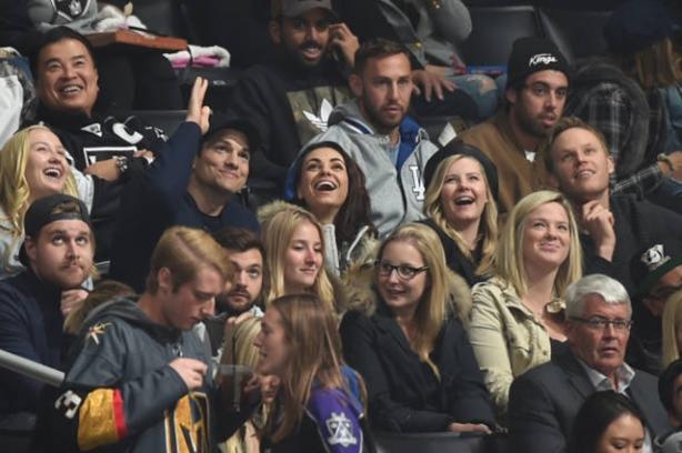 мила кунис и катчер поцеловались на хоккейном матче