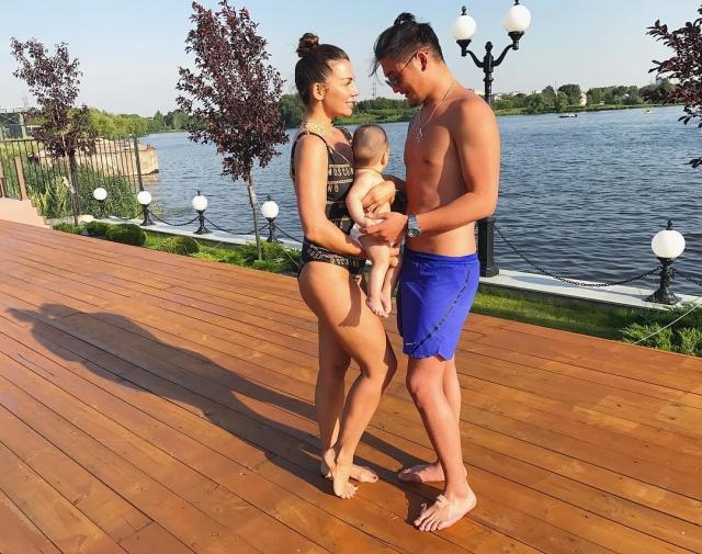 Анна Седокова намекнула, кто отец ее третьего ребенка: семейное ФОТО с крохотным сыном - фото №1