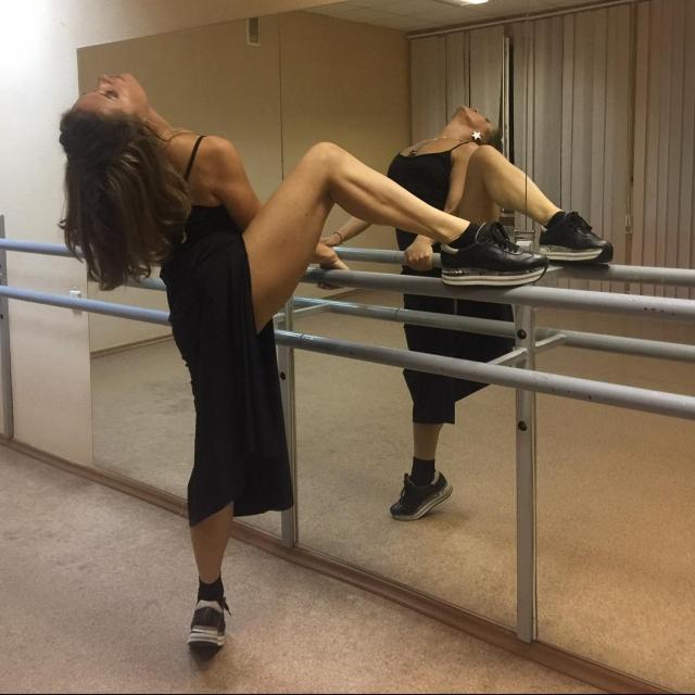 У станка: стройная Наталья Могилевская взбудоражила страстным ФОТО в танцевальном зале - фото №1