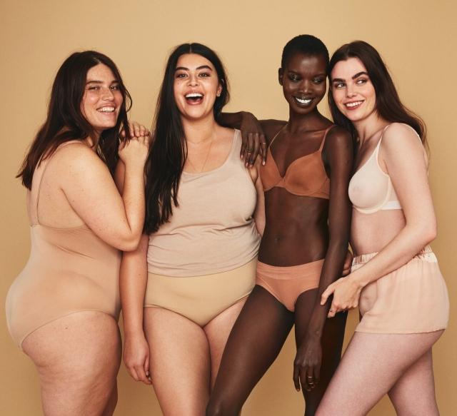 Обычные женщины с обычными телами в рекламной фотосессии косметического бренда - фото №4