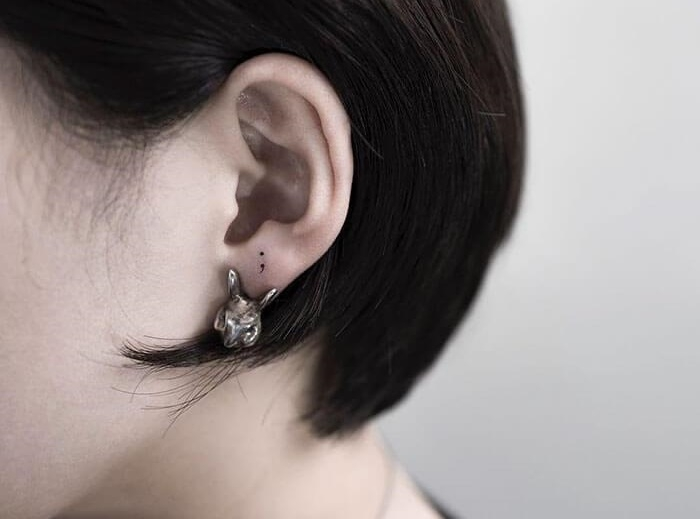 татуировка на ухе