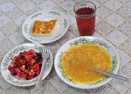 Как выглядит школьный обед в разных странах мира? - фото №22