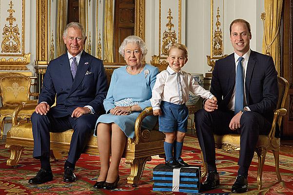Королева и семеро внучат: ко дню рождения Елизаветы II представили новый официальный портрет - фото №1