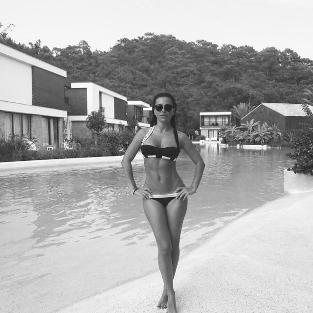 Во всех ракурсах: Ани Лорак восхитила роскошной фигурой в купальнике (ФОТО) - фото №2