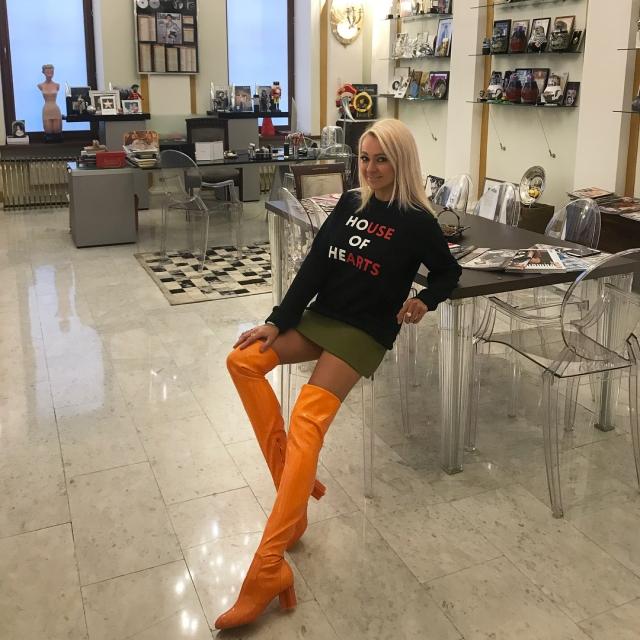 В соцсетях раскритиковали образ Яны Рудковской: фисташковая юбка и апельсиновые ботфорты (ФОТО) - фото №1