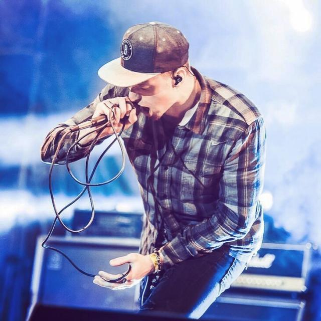 В память о Честере Беннингтоне: Никита Пресняков перепел хит группы Linkin Park (ВИДЕО) - фото №1