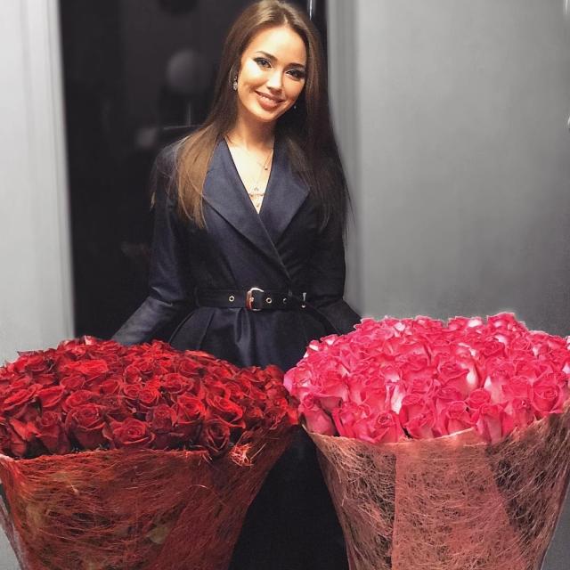 Вся в цветах: Анастасия Костенко похвасталась подарком Дмитрия Тарасова на годовщину отношений (ФОТО) - фото №1