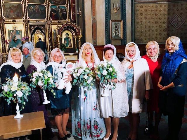 Ирина Билык стала крестной мамой для брата Алины Гросу: родители 22-летней певицы решились на малыша в 50 лет! (ФОТО) - фото №1