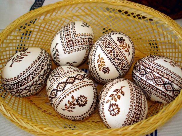 Разрисовать яйца маркером