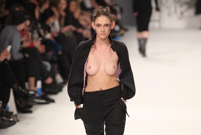 неделя моды модель грудь фото