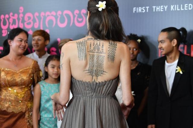 Чернила и гламур: Анджелина Джоли обнажила спину в платье от Dior, показав татуировки (ФОТО) - фото №2
