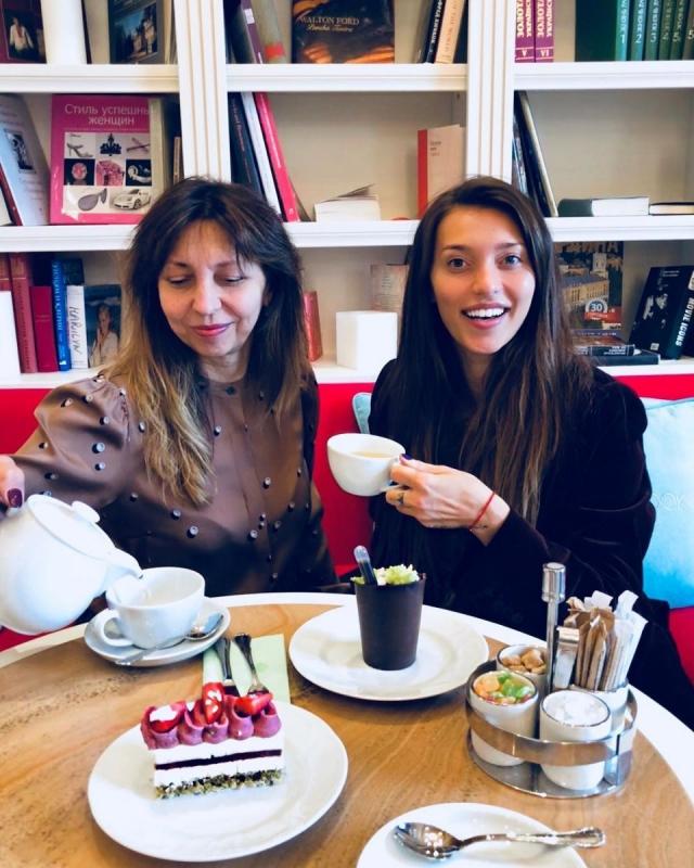 Регина Тодоренко вышла на красную дорожку с мамой - фото №2