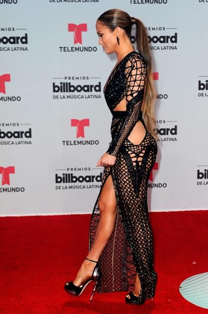Дженнифер Лопес впечатлила смелым прозрачным платьем в крупную сетку (ФОТО) - фото №1
