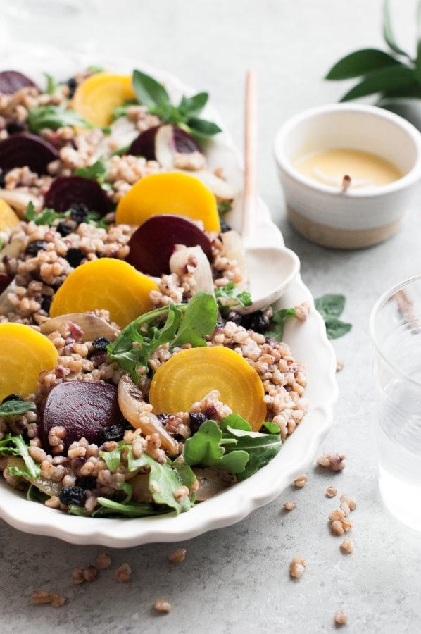 Рецепт салата из запеченной свеклы с рукколой, полбой и ягодами