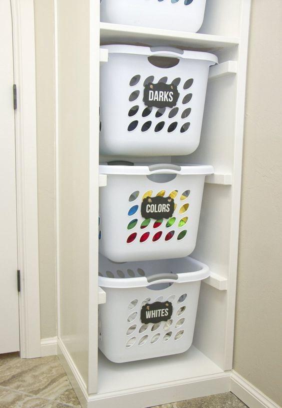 Перед стиркой вещи нужно рассортировать по цвету и типу ткани
