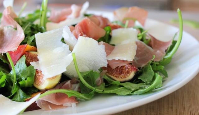 Испанская вечеринка: какими салатами угощать гостей - фото №2