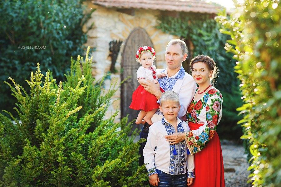Dolce and Gabbana опубликовали фотографию украинской семьи в вышиванках - фото №2