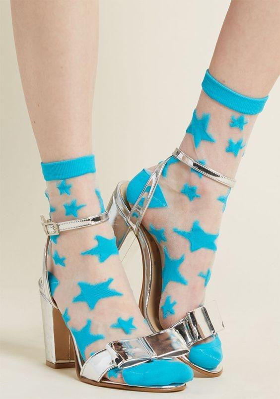 Очень нежно: как носить и сочетать прозрачные носки с узором - фото №3
