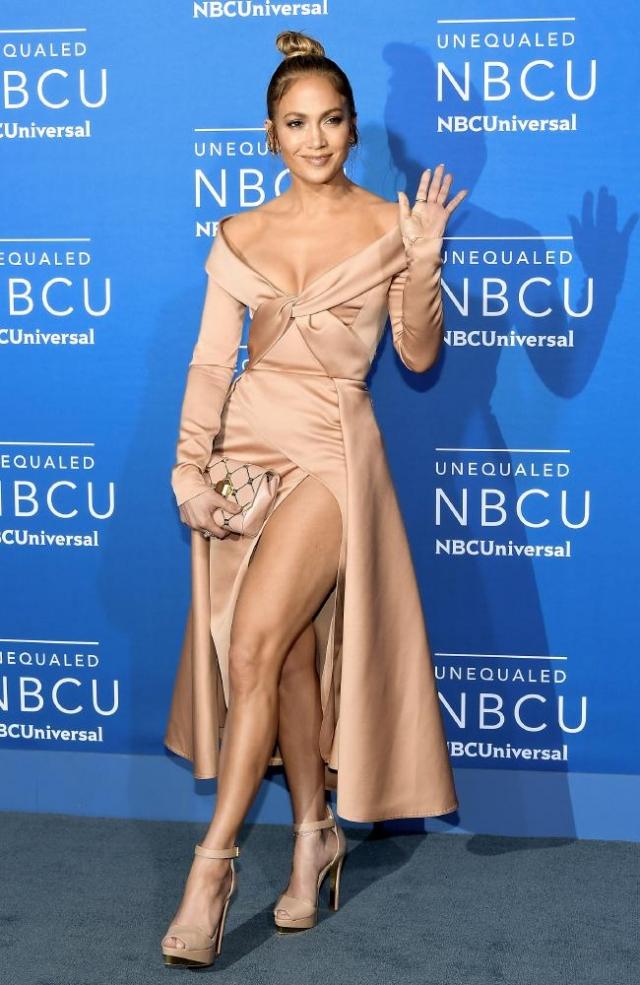 Дженнифер Лопес восхитила Нью-Йорк атласным платьем с сексуальным декольте (ФОТО) - фото №1