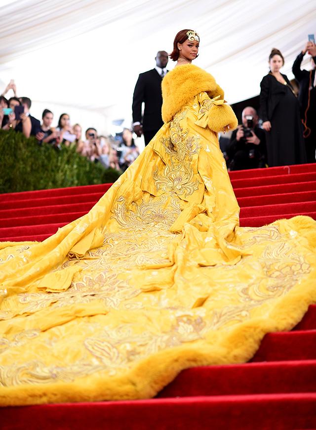 Как платья Рианны смешат интернет: 10 мемов, посвященных нарядам Рири