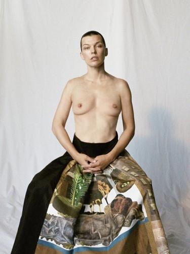 Милла Йовович полностью оголила грудь для известного глянца (ФОТО) - фото №1