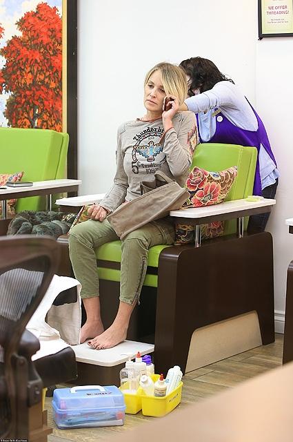 Сексапильная Шэрон Стоун в обычной жизни: зарядка в маникюрном салоне - фото №1