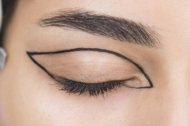 Небанальный тренд: модные стрелки на глазах с недель моды, которые скоро появятся в Инстаграм - фото №1