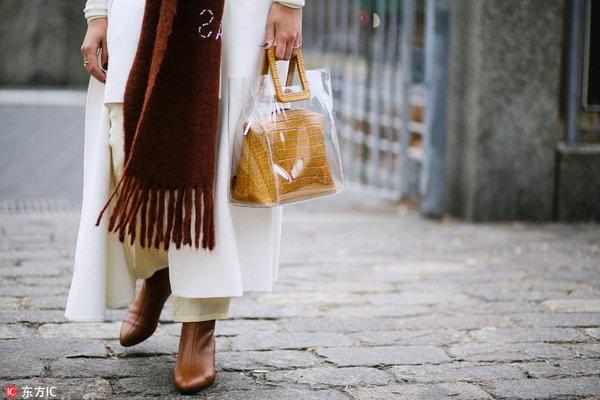 Модный тренд 2018 — пластиковая прозрачная сумка - фото №9
