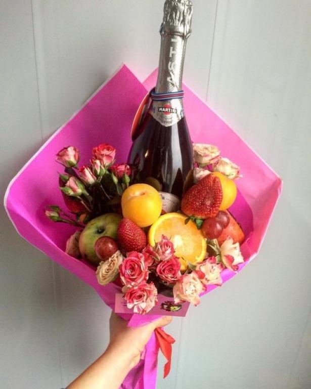 Букет из овощей, фруктов и шампанского