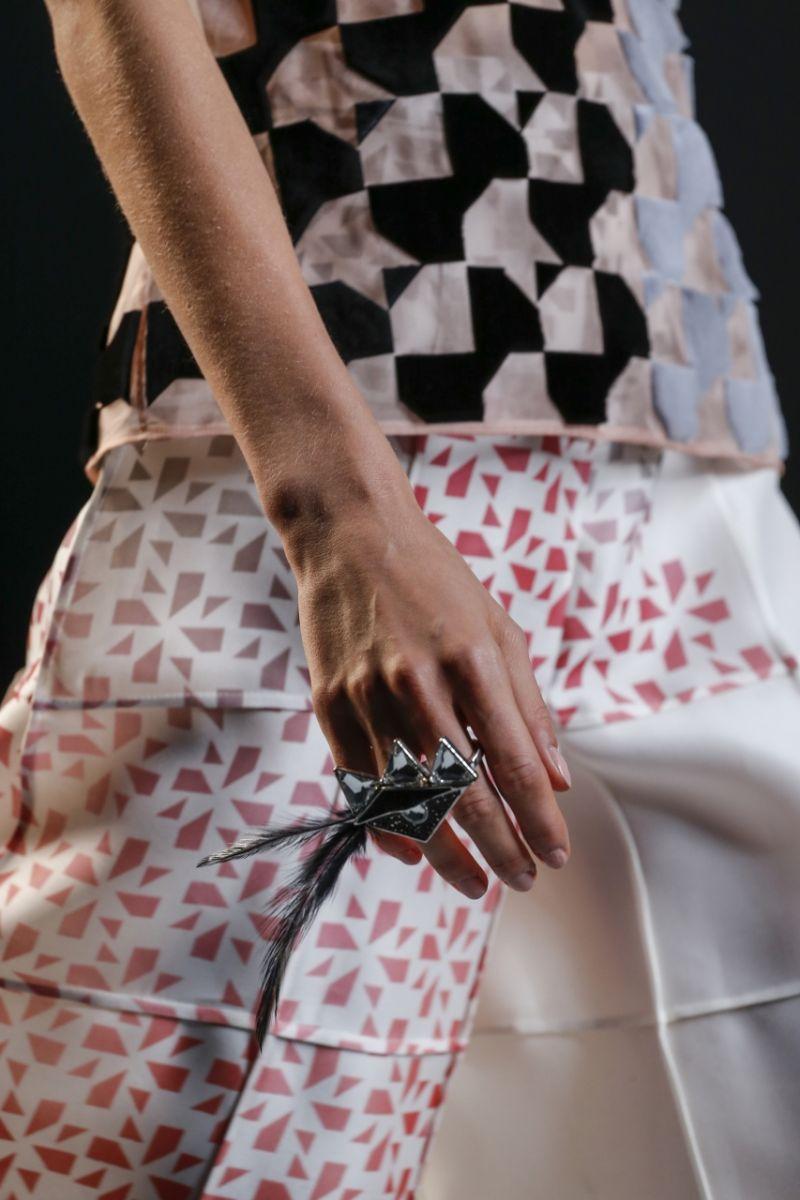Кольца из меха от Fendi - фото №5
