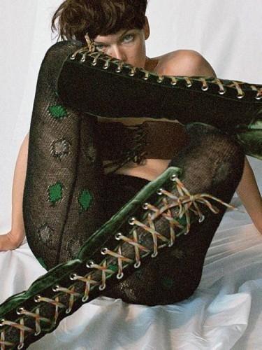 Милла Йовович полностью оголила грудь для известного глянца (ФОТО) - фото №3