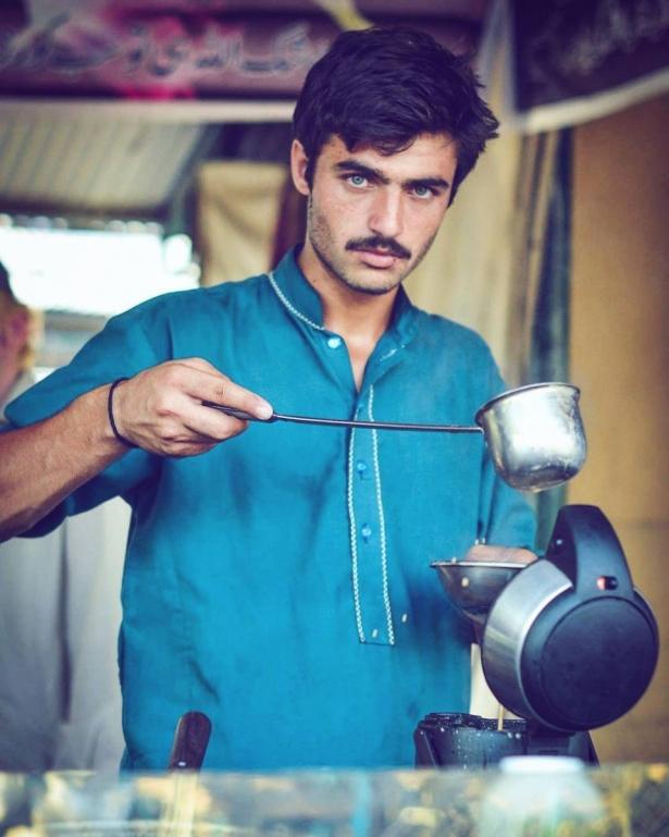 Горячий продавец чая: как обычный парень благодаря случайному снимку стал моделью - фото №1