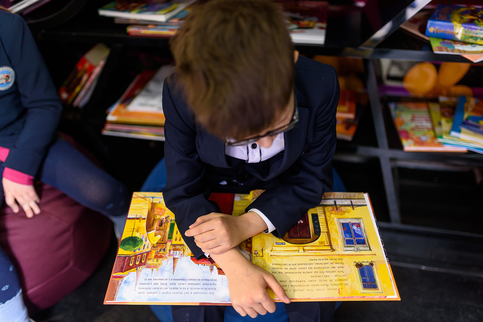 ребенок читает фото