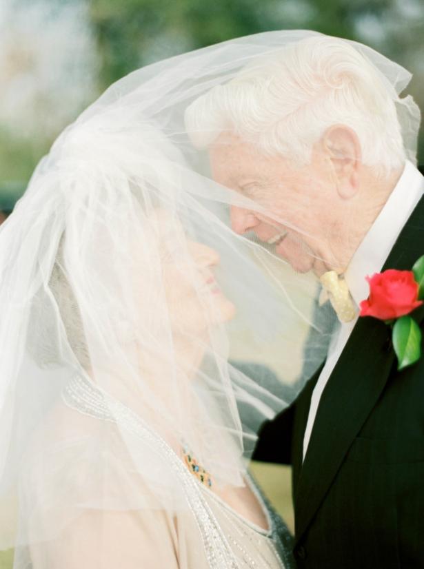 Вместе 63 года – любовь всегда побеждает: внучка сделала красивую фотосессию на годовщину свадьбы бабушки и дедушки - фото №2