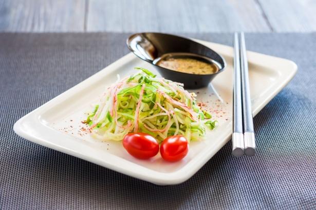 Праздничные салаты с крабовыми палочками: 5 интересных рецептов - фото №44
