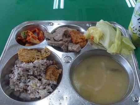 Как выглядит школьный обед в разных странах мира? - фото №9