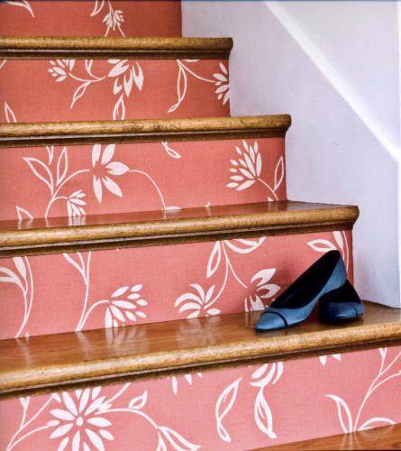 как декорировать обоями лестницу