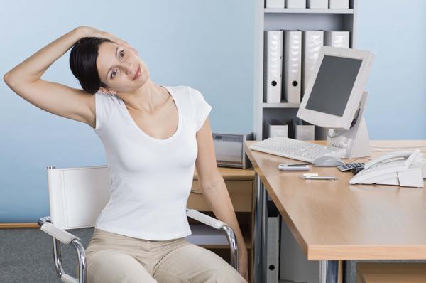 Какие упражнения для спины можно делать прямо на рабочем месте - фото №1
