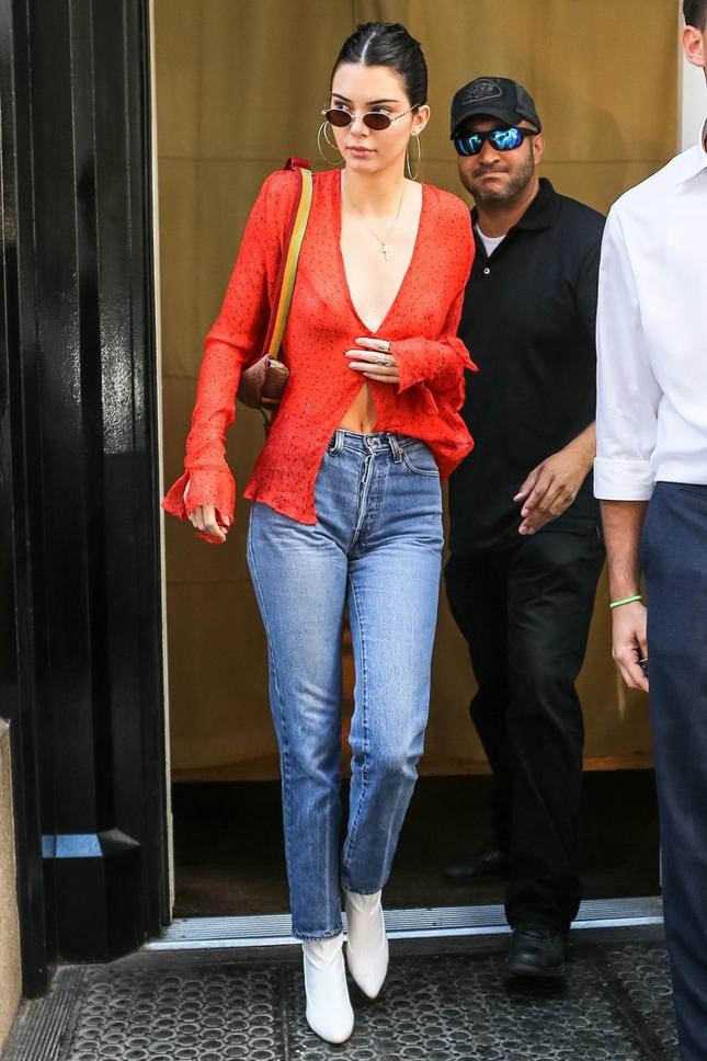 Романтиная блуза с воланами и глубоким декольте — то, что надо для жары