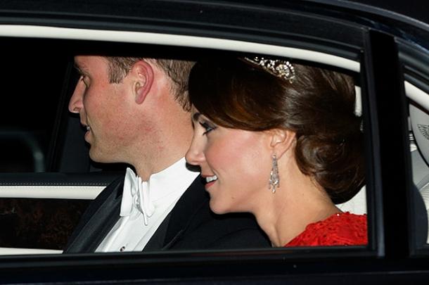 Кейт Миддлтон снова появилась в тиаре принцессы Дианы: новый официальный портрет британских монархов (ФОТО) - фото №2