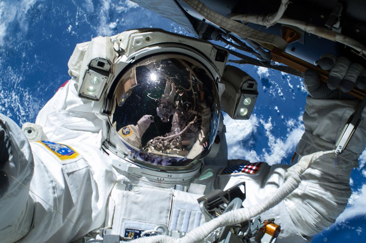 Лучшие селфи 2015 года: от выхода в космос до обнаженного признания - фото №8