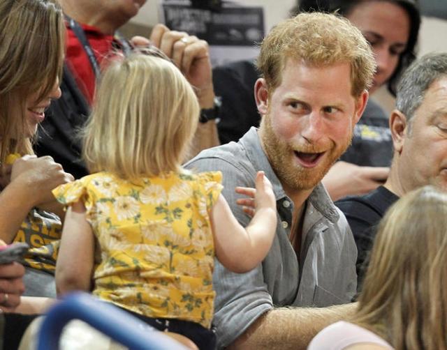 """В Сети обсуждают реакцию принца Гарри на милый курьез: 2-летний ребенок """"подворовывает"""" у него поп-корн (ВИДЕО) - фото №1"""