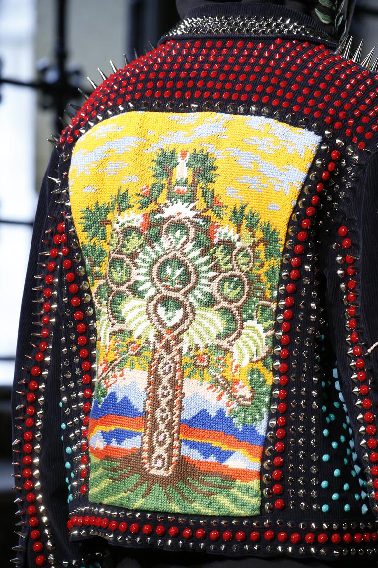 http://hochu.ua/cat-fashion/longread/article-66796-vyishivanka-sekretnyiy-kod-i-znachenie-samogo-goryachego-trenda-leta/