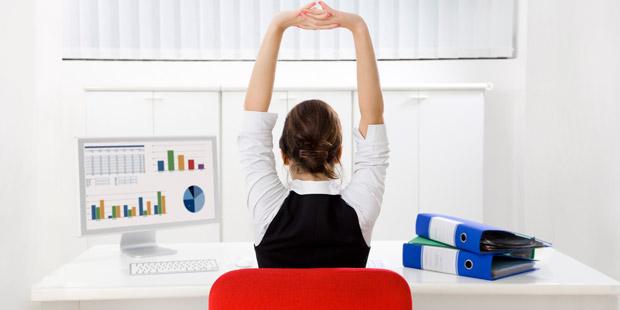 Какие упражнения для спины можно делать прямо на рабочем месте - фото №8