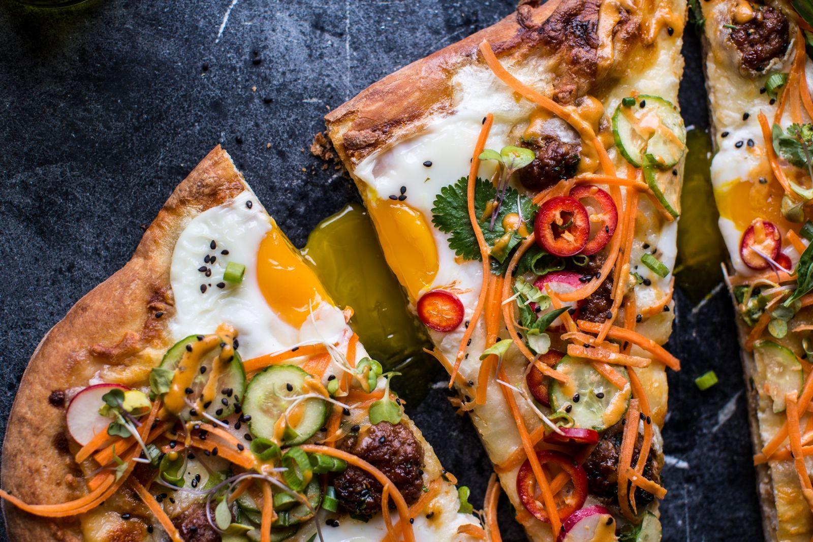 Рецепт невероятной пиццы с мясными шариками, яйцами и овощными добавками - фото №1