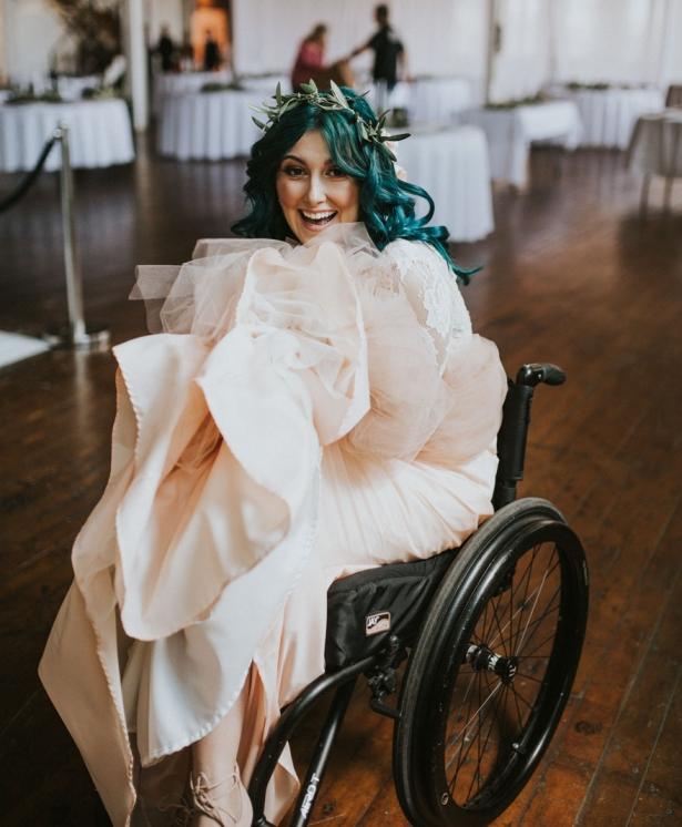 Парализованная невеста на свадебной церемонии встала с коляски и станцевала с женихом: намного больше, чем просто история о чуде - фото №1