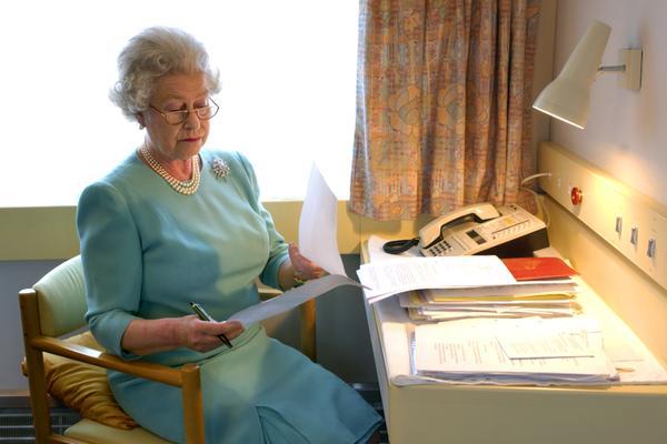 Королева Елизавета II: рекорд правления без паспорта и водительских прав - фото №10