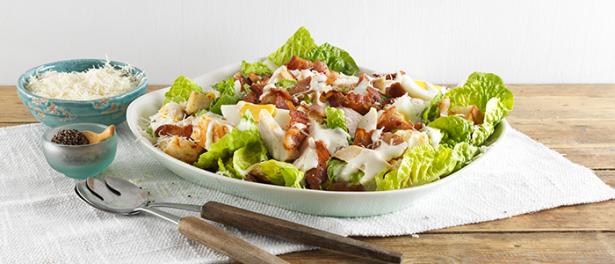 Что приготовить, когда надоело оливье: рецепт новогоднего салата Цезарь с курицей и беконом - фото №2
